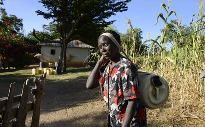 afrikanische Frau trägt Wasserkanister